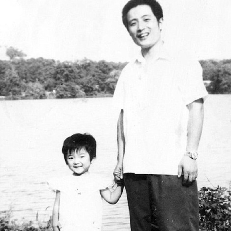 1981 picture dad and daughter black and white